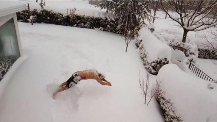 Avatar Atakan'ın çılgın kar sevinci! Şortla karlara daldı