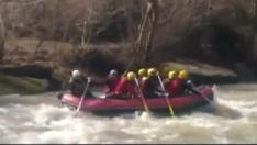 Rafting botuna sürpriz davetsiz misafir bindi
