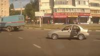 Hareket eden arabanın arka kapısından düşen bebek korkuttu
