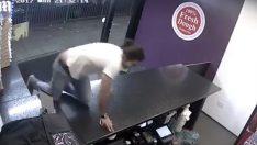 İngiltere'de pizza dükkanına havai fişekli saldırı