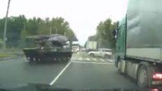 Caddede drift yapan Rus tankı böyle kaza yaptı