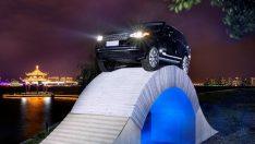 Range Rover tamamen kağıttan yapılmış köprüden geçti
