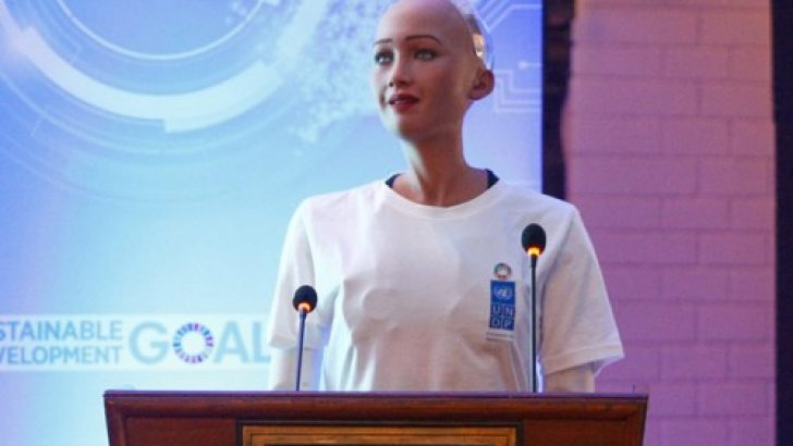 Robot Sophia BM Konferansı'nda konuştu