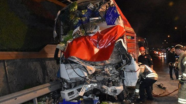 İstanbul'da feci kaza! D-100'de trafik 2 saat felç oldu