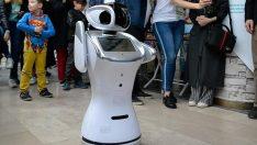 Robot 'Sanbot'a erik dalı oynattılar