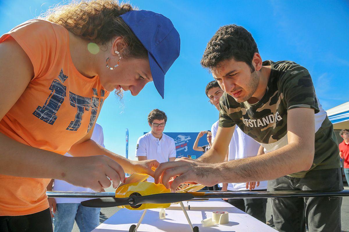 İstanbul Liselerarası Model Uçak Yarışması'nda liseli öğrencilerin tasarladığı model uçaklar, İstanbul Yeni Havalimanı'nın semalarında süzüldü.