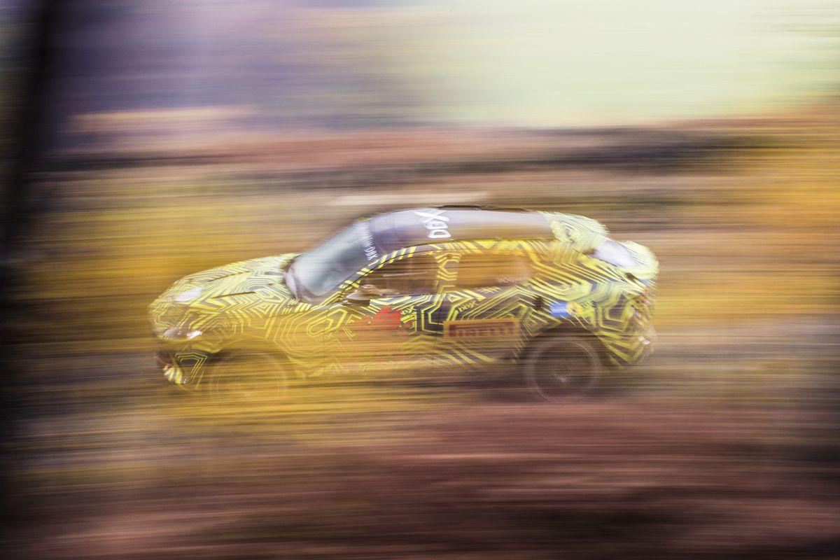 ASTON MARTIN'İN İLK 'SUV'U 'DBX' SAHNEYE ÇIKMAYA HAZIRLANIYOR