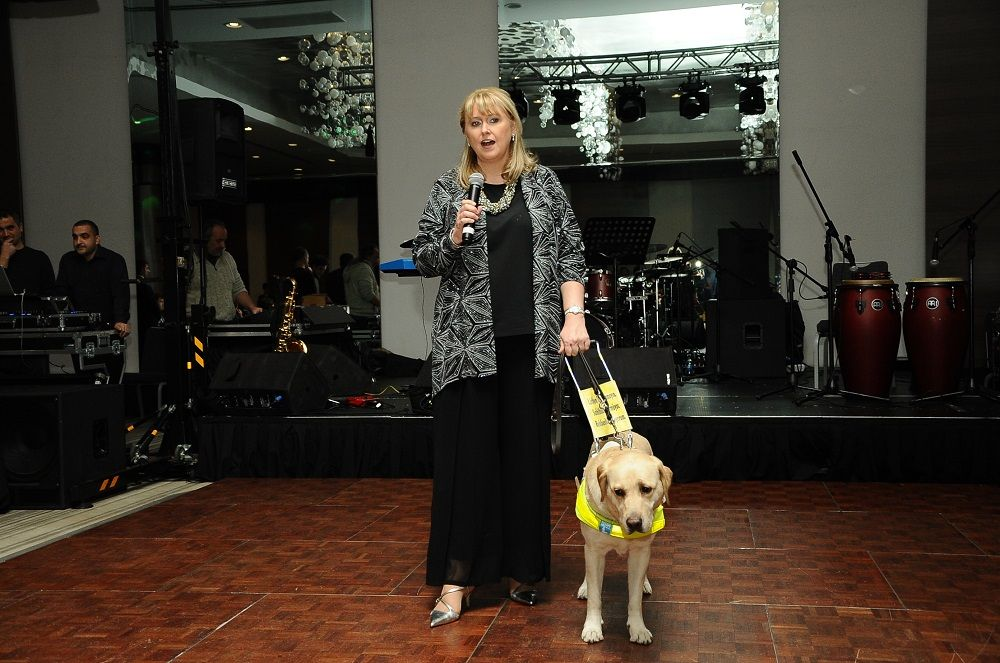 Eğitimli rehber köpekler görme engellilerin yol arkadaşı oluyor