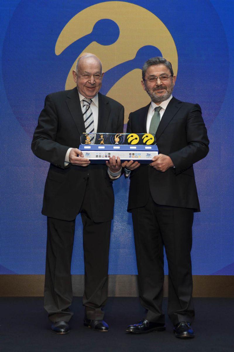 Kuruluşundan bu yana Turkcell'i yönetenlere anlamlı plaket