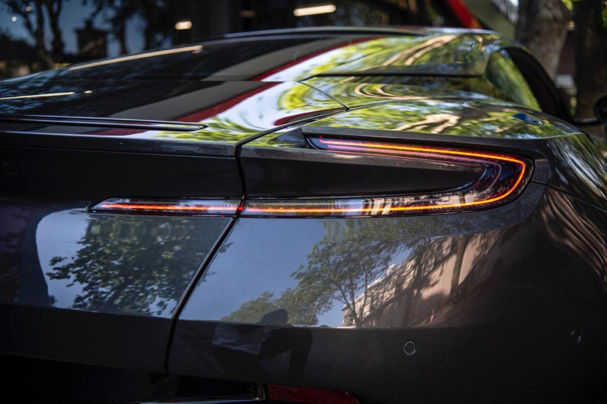 Aston Martin DB11 V12 AMR Çift Renk Seçeneğiyle İstanbul'da