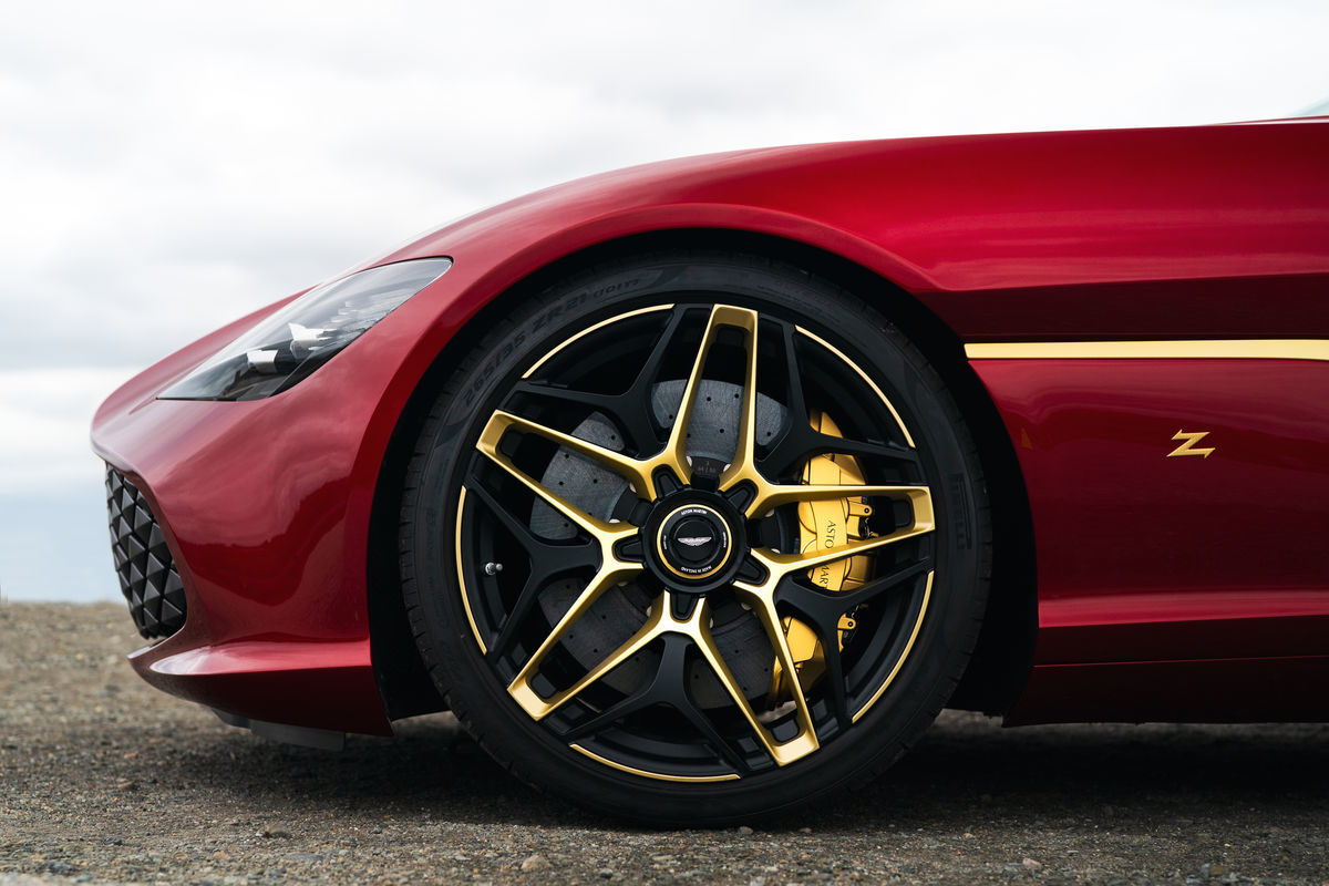 Aston Martin 2 yeni efsane modelini tanıttı