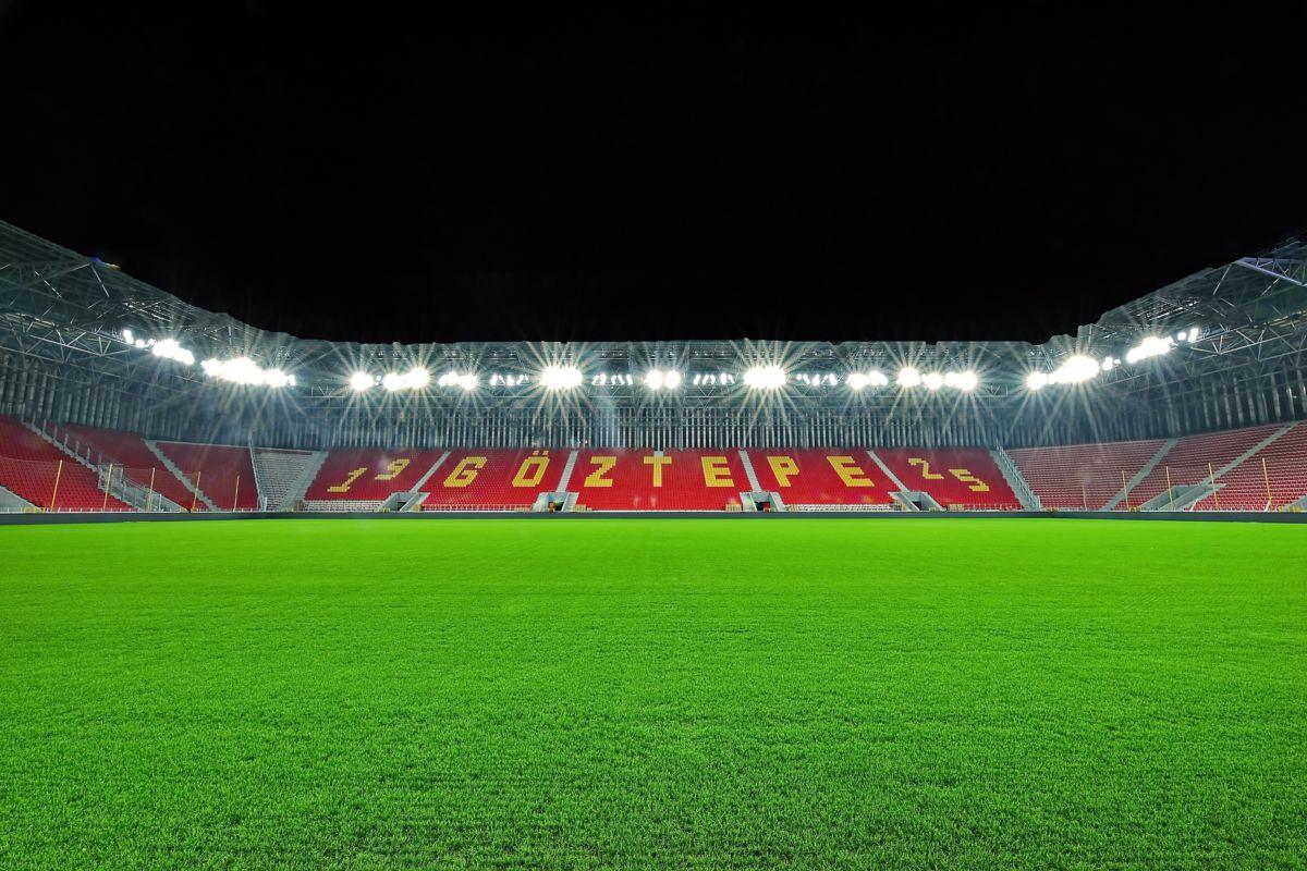 Türkiye'nin ilk dinamik LED aydınlatmalı stadyumu kapılarını futbolseverlere açtı